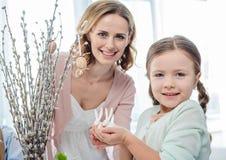 Moder och dotter med easter kaniner Arkivbilder