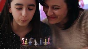 Moder och dotter med födelsedagkakan arkivfilmer