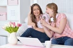 Moder och dotter med mikrofoner Arkivbilder