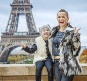 Moder och dotter mot Eiffeltornvisningseger Arkivbild