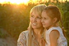 Moder och dotter på fältet Royaltyfri Fotografi