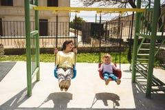Moder och dotter på gungbrädet Arkivfoton