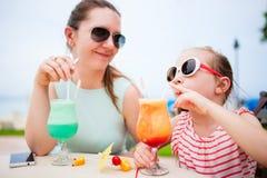 Moder och dotter på kafét Royaltyfri Fotografi