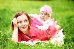 Moder och dotter på picknick Arkivbild