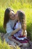 Moder och dotter på semester Fotografering för Bildbyråer