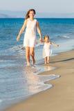 Moder och dotter på stranden Arkivbilder