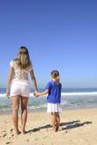 Moder och dotter på stranden Arkivfoto