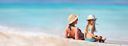 Moder och dotter på stranden Arkivbild