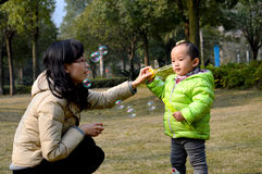 Moder och dotter som blåser bubblor Arkivfoto