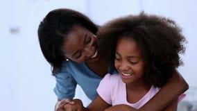Moder och dotter som förbereder grönsaker lager videofilmer
