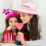Moder och dotter som firar födelsedag royaltyfri bild