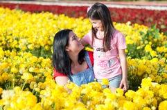 Moder och dotter som går i Israel Field Royaltyfria Bilder