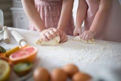 Moder och dotter som gör en Daugh för kakorna Arkivfoto