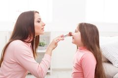 Moder och dotter som gör makeupsammanträde på golvet arkivfoton