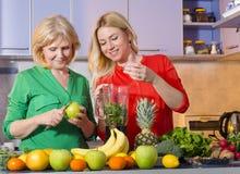 Moder och dotter som gör ny fruktsaft Arkivbild