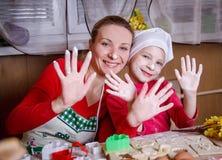 Moder och dotter som har gyckel i kök royaltyfria foton