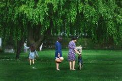 Moder och dotter som kopplar av i trädgård royaltyfria bilder