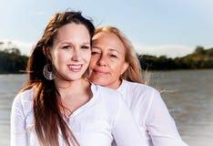 Moder och dotter som poserar i sommarsolen Royaltyfri Bild