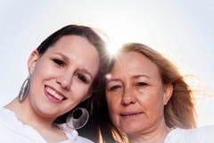 Moder och dotter som poserar i sommarsolen Fotografering för Bildbyråer