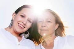 Moder och dotter som poserar i sommarsolen Royaltyfri Foto