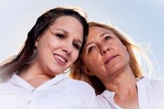 Moder och dotter som poserar i sommarsolen Royaltyfri Fotografi