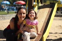 Moder och dotter som spelar i en parkera Arkivfoton