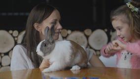 Moder och dotter som spelar med kanin stock video
