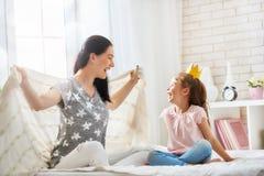Moder och dotter som spelar och kramar Arkivbilder