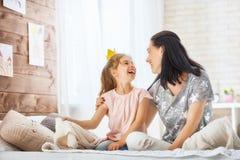 Moder och dotter som spelar och kramar Royaltyfria Bilder