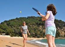 Moder och dotter som spelar tennis arkivbild
