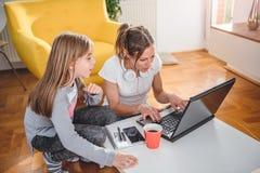Moder och dotter som spelar videospel arkivbilder