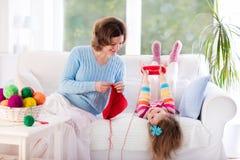 Moder och dotter som sticker den woolen halsduken Royaltyfria Foton