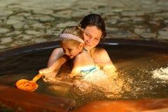 Moder och dotter som tar brunnsort det termiska badet arkivfoto
