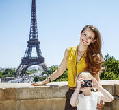 Moder och dotter som tar fotoet med kameran i Paris, Frankrike Royaltyfria Bilder