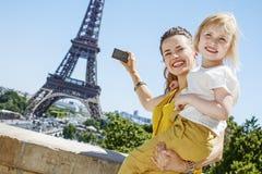 Moder och dotter som tar fotoet med kameran i Paris, Frankrike Arkivbild