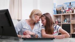 Moder och dotter som till varandra visar affektion arkivfilmer