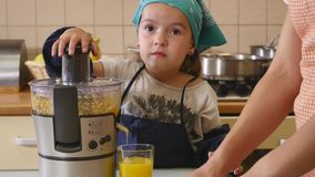 Moder och dotter som tillsammans hemma bakar i köket lager videofilmer