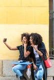Moder och dotter som tillsammans tar en selfie fotografering för bildbyråer