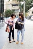 Moder och dotter som tycker om shoppa tur tillsammans Arkivfoto