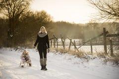 Moder och dotter som tycker om vintern Royaltyfri Foto