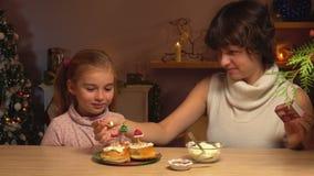 Moder och dotter tänd julljus stock video