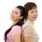 Moder och dotter tillbaka som ska dras tillbaka Royaltyfria Foton