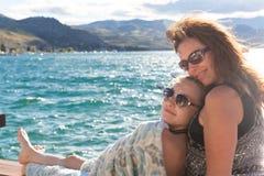 Moder och dotter tillsammans på en sjö arkivbild