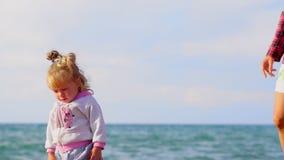 Moder och dotter vid havet arkivfilmer