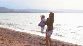 Moder och dotter vid havet lager videofilmer