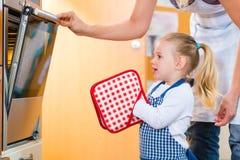 Moder och dotterbakning eller matlagning royaltyfri foto