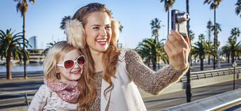 Moder- och dotterhandelsresande med den digitala kameran som tar fotoet Fotografering för Bildbyråer