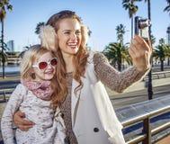 Moder- och dotterhandelsresande med den digitala kameran som tar fotoet Royaltyfri Fotografi