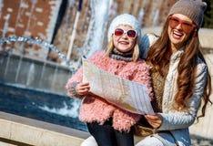 Moder- och dotterhandelsresande nära Sforza rockerar med översikten Arkivfoton