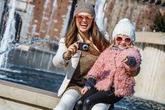 Moder- och dotterhandelsresande som tar fotoet med den digitala kameran Arkivfoton